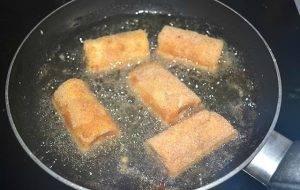 Жареные рулетики из сэндвич-хлеба с сыром и ветчиной - 2