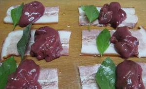 Шашлычки из куриной печени в беконе с сыром бри - 0