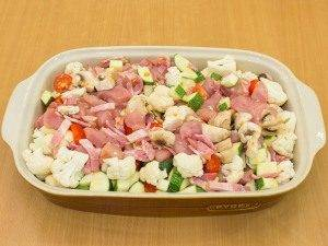 Овощи, запеченные с куриным филе, беконом и грибами - 1