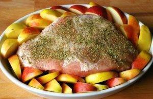 Свиная лопатка с яблоками в духовке - 0