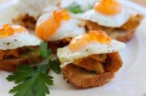Бутерброды с лисичками и перепелиными яйцами - 0
