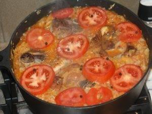 Капуста в томатном соусе со свининой и помидорами в духовке - 1