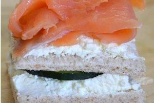 Мини-сэндвичи с копченым лососем и козьим сыром - 1