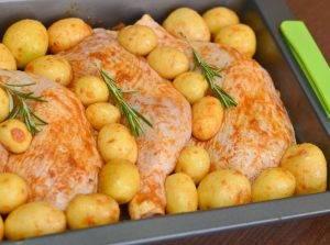 Куриные окорочка с картошкой в духовке - 1