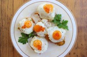 Бутерброды с лисичками и перепелиными яйцами - 1