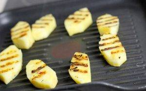 Канапе с колбасой и ананасом - 1