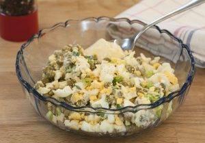 Яичный салат с зеленым горошком - 1