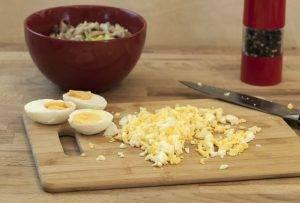 Грибной салат с луком-пореем и яйцами - 1