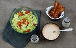 Салат с беконом, авокадо и кукурузой - 3