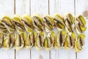Бутерброды со шпротами и солеными огурцами - 4