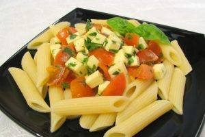 Макароны c помидорами, моцареллой и базиликом - 6