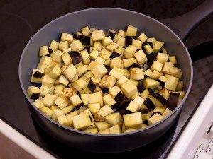 Баклажаны, тушенные с оливками и помидорами - 1