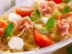 Макароны с беконом, моцареллой и помидорами - 4