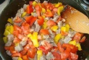 Открытый картофельный пирог с начинкой из мяса и овощей - 6