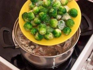 Суп с перепелами, брюссельской капустой и картофелем - 1