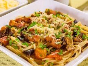 Спагетти с баклажанами, белыми грибами и грудинкой - 9