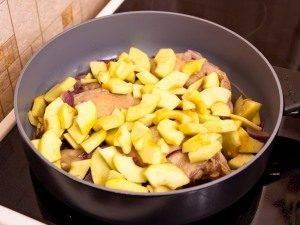 Утиные окорочка, тушенные с яблоками, брусникой и апельсинами - 4