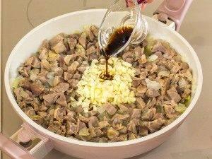 Куриные желудки, тушенные с луком и соевым соусом - 4