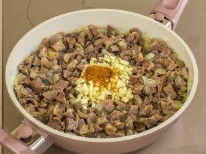 Куриные желудки, тушенные с луком и соевым соусом - 1