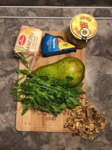 Салат с сыром Блю Чиз, грушей и рукколой - 0