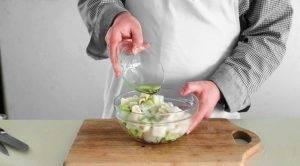 Салат с кальмарами и яблоком - 1