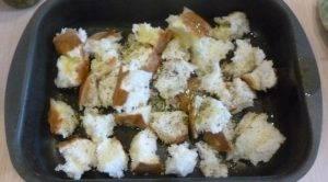 Салат из помидоров и маринованных перцев с домашними сухариками - 0