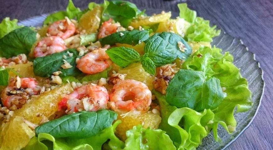 Очень простой и вкусный рецепт салата с креветками.