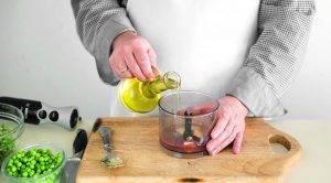 Салат из копченого лосося, горошка и риса - 1