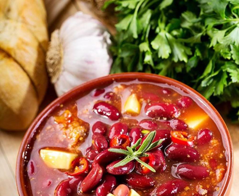 Салат готовится в два счета, получается сытным и весьма вкусным.