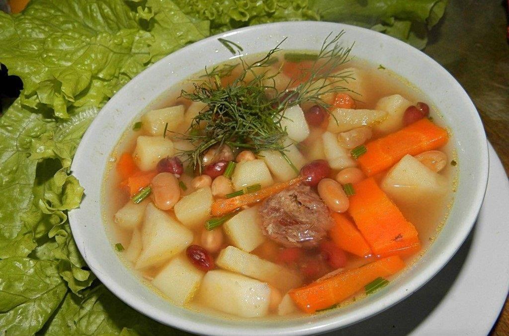 Добавляем всю зелень в кастрюлю с супом.