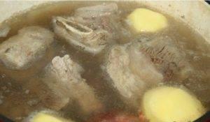 Щи с ребрышками из бочковой капусты, томленые в чугунке - 2