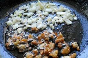 Морковно-картофельный суп-пюре с луком, обжаренным на утиных шкварках - 1