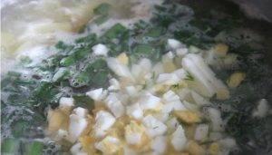 Суп с яйцом и зеленью на бульоне из форели - 1