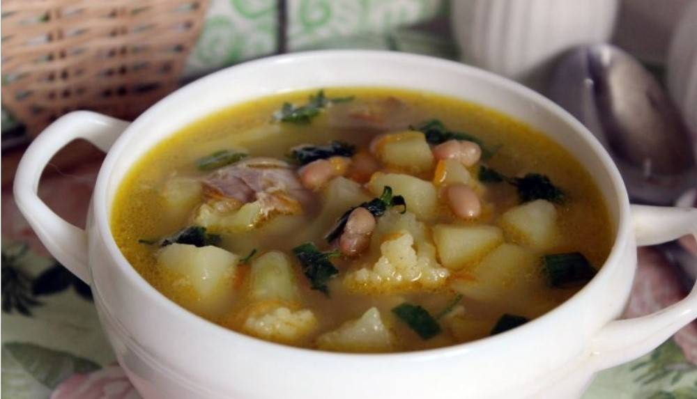 Вкусный суп с консервированной фасолью и курицей
