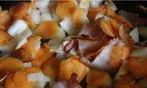Суп из ячменя с горошком, огурчиками и беконом - 1