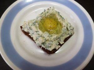 Горячие бутерброды с творожным сыром и перепелиным яйцом - 1
