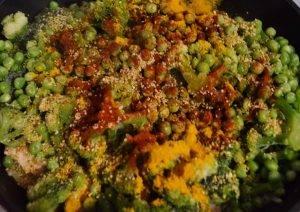 Куриная грудка, тушенная с брокколи и зеленым горошком - 2