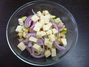 Салат из огурцов с нутом - 2