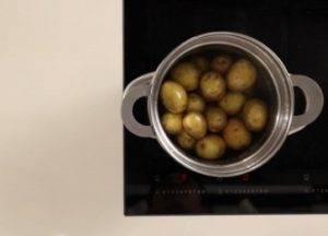 Теплый картофельный салат с маслинами и перцем - 0