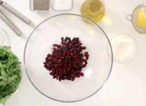 Салат из красной фасоли с творожным сыром, красным луком и сезонным салатом - 0