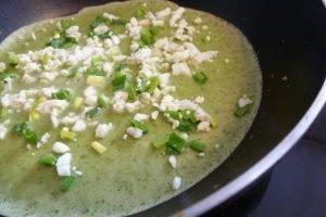 Шпинатные блины с припеком из яйца и зеленого лука - 3