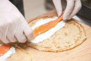 Ржаные блинные рулетики с красной рыбой и сливочно-сырным кремом - 4