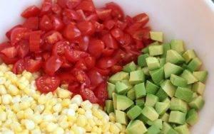 Салат с авокадо, черри и кукурузой - 1
