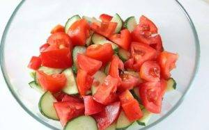 Греческий салат с цуккини и помидорами - 1