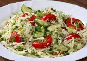 Салат из капусты и зеленого горошка - 2