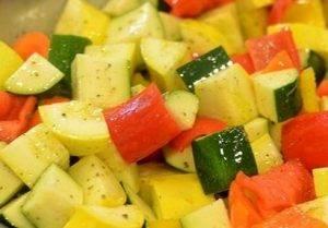 Овощной салат с кукурузными початками - 1
