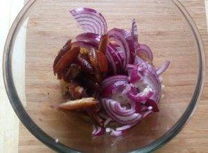 Салат из рукколы, лука и фиников - 1