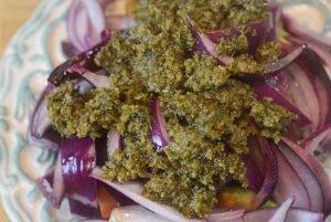 Салат из авокадо и красного лука - 2