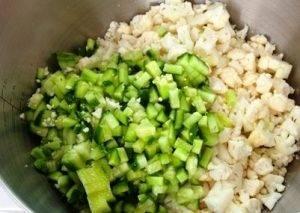 Салат из цветной капусты с помидорами и огурцами - 1