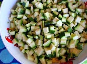 Салат из кукурузы, цукини и помидоров - 1